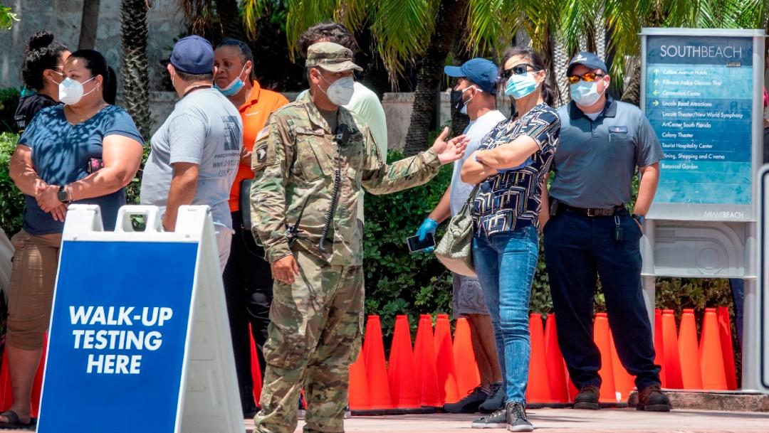 Personas con cubrebocas en Florida; el estado registra nuevo récord de casos de COVID