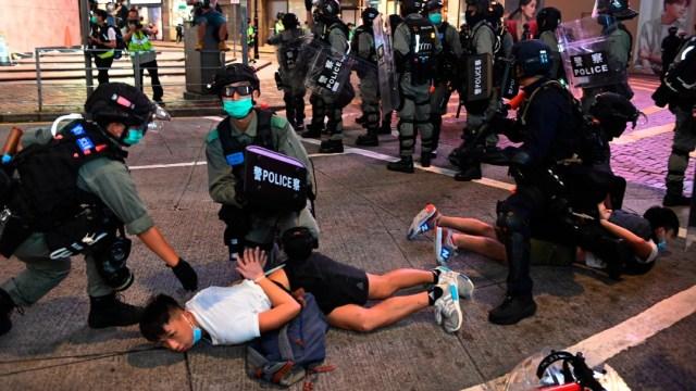 Policías arrestan a manifestante en Hong Kong