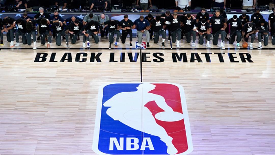 Reinicia temporada de la NBA y jugadores se hincan contra el racismo