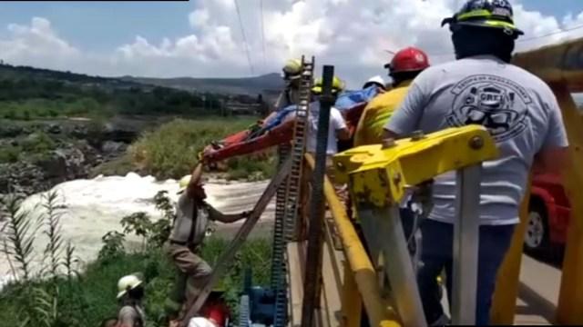 Rescatan a mujer embarazada tras caer en río de Jalisco