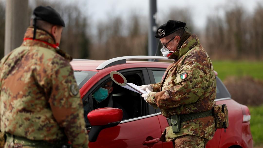 Soldados italianos hablan con persona en auto; alertan sobre segunda ola de coronavirus
