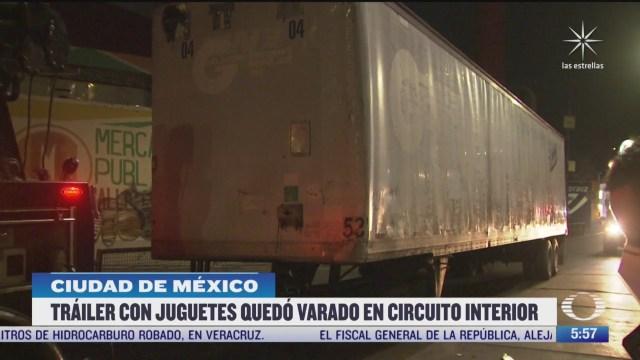 trailer con juguetes queda varado en circuito interior en la cdmx