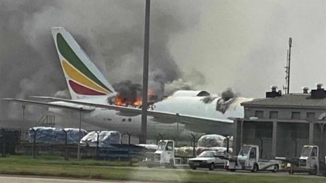 Un avión de carga de Ethiopian se incendia en el aeropuerto de Shanghai