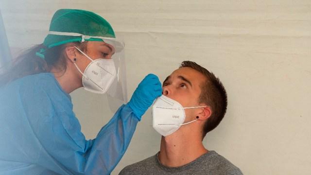 Una enfermera realiza una prueba de COVID en Pamplona, España