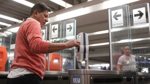 Usuario en los torniquetes de la estación Zócalo del Metro