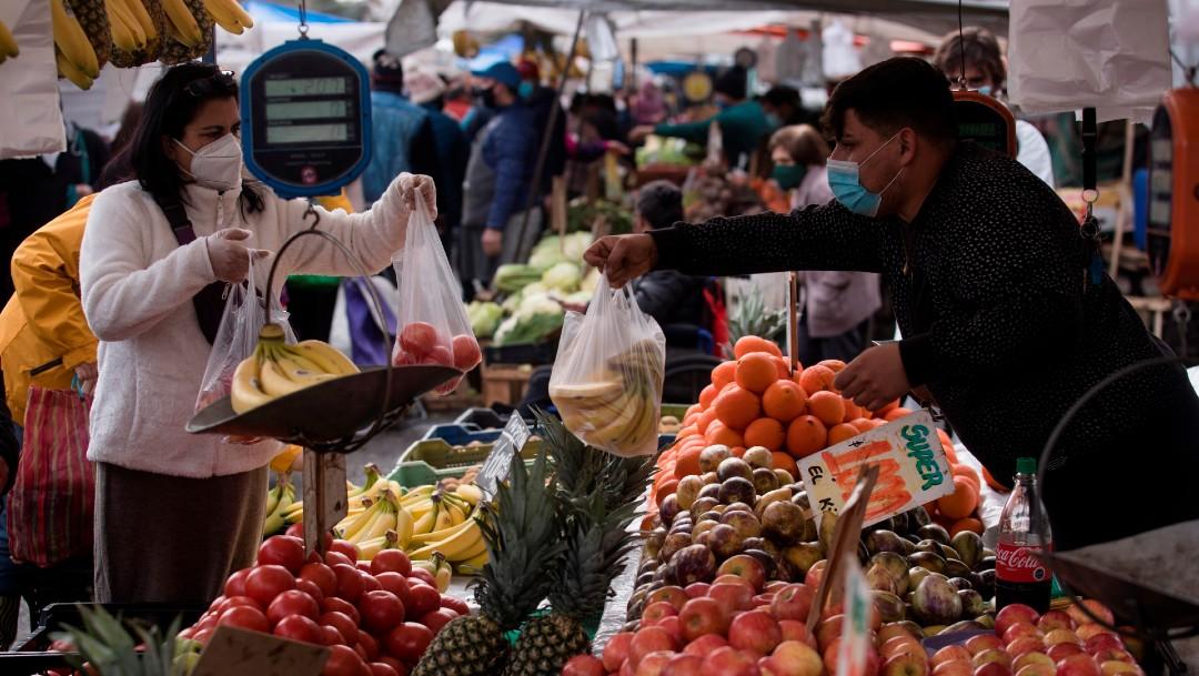 Vendedora y clienta en mercado de Chile