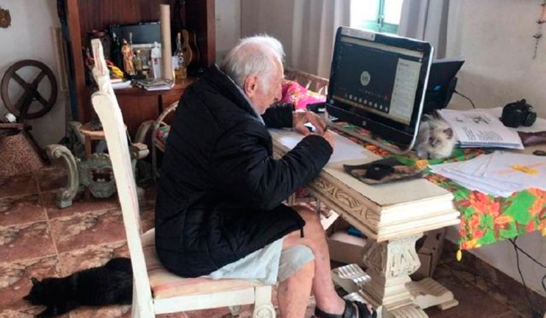 Abuelito toma clases en línea para ser arquitecto en Brasil