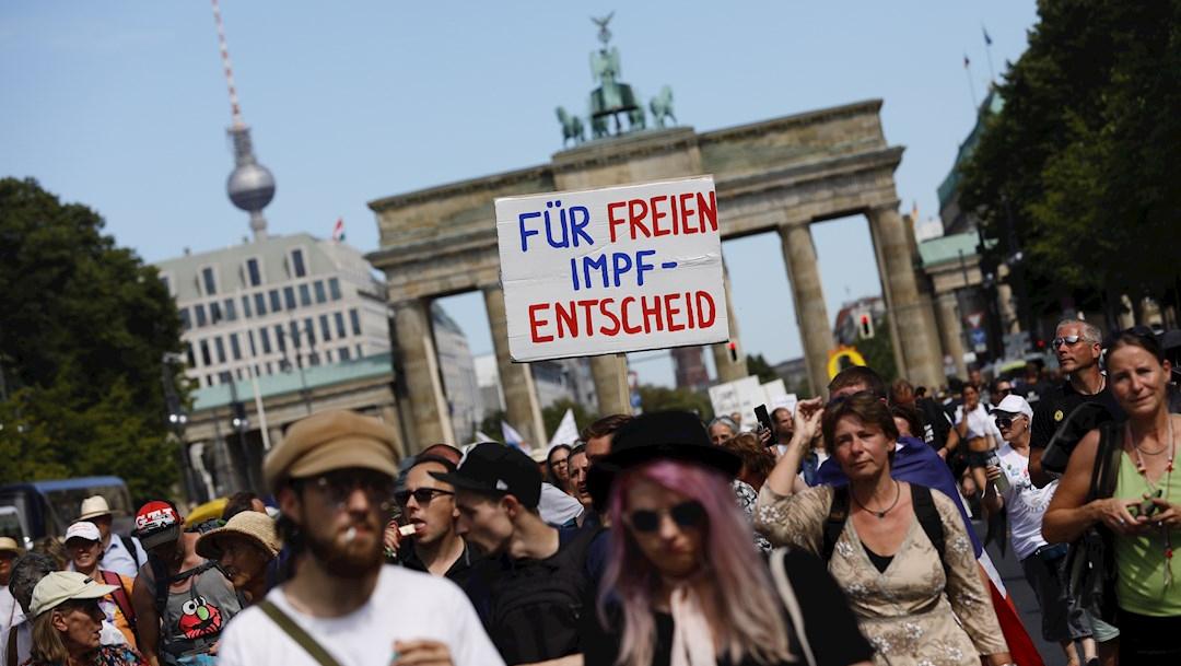 Miles marchan en Berlín para exigir el fin de la pandemia por COVID-19