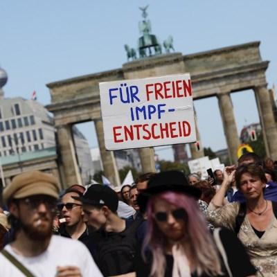 Miles marchan en Berlín para exigir fin de restricciones por COVID-19