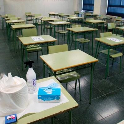 Bancas en salón de clases vacío por COVID-19