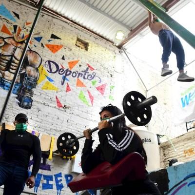 Jóvenes hacen ejercicio en el gimnasio Barras Praderas
