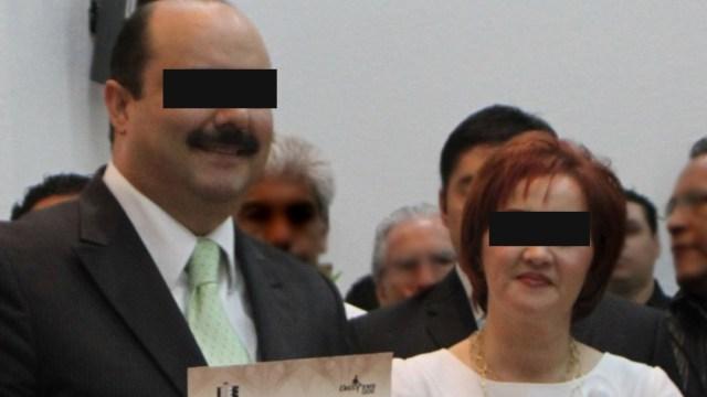 Fotografía que muestra a Bertha Olga Gómez Fong (d), esposa del exgobernador de Chihuahua, César Duarte (i).