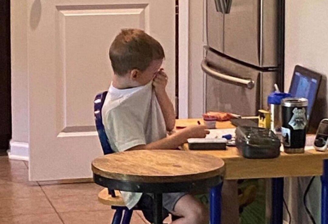 Captan a niño llorando por no comprender sus clases a distancia