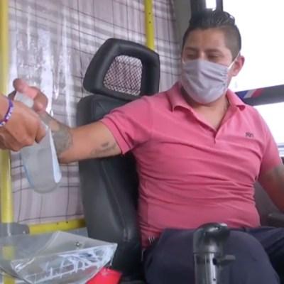 Chofer de la Ruta 30 de CDMX sanitiza a fondo su camión; pasajeros lo agradecen