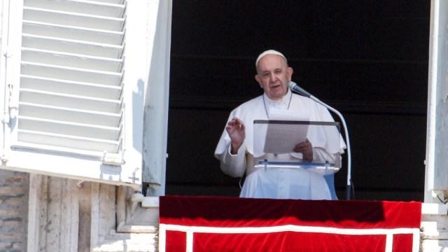 El papa Francisco en la misa del Angelus desde la ventana de su estudio en San Pedro