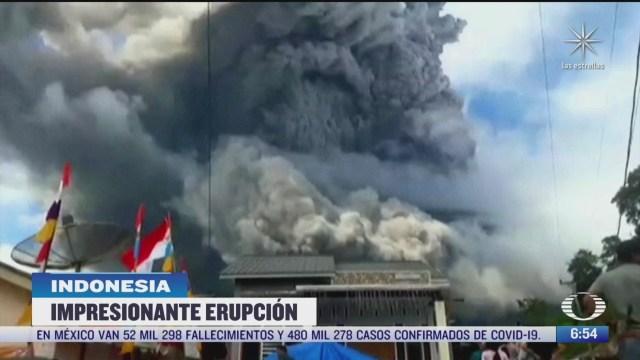 el volcan sinabung en indonesia lanza ceniza a varios kilometros