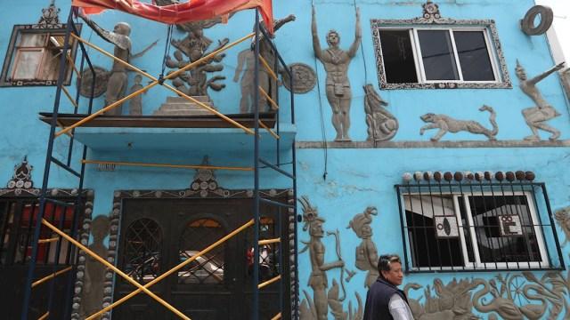 Fachada de una vivienda en la CDMX con figuras prehispánicas