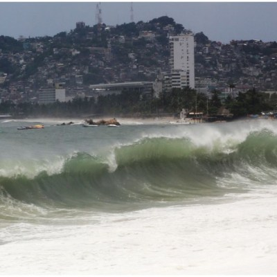 Huracán Genevieve se degrada a categoría  3