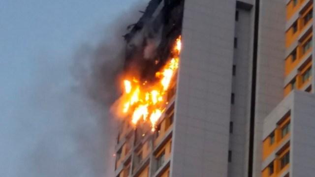 Incendio devora los pisos superiores de una torre del norte de Madrid