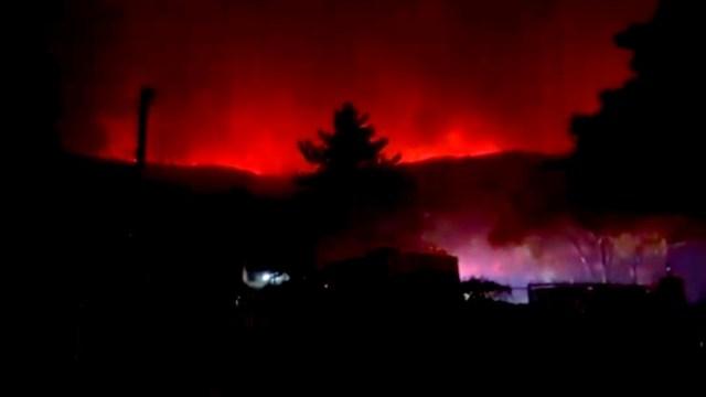 Incendio forestal en Los Ángeles provoca desalojo de 500 hogares y consume cuatro mil hectáreas