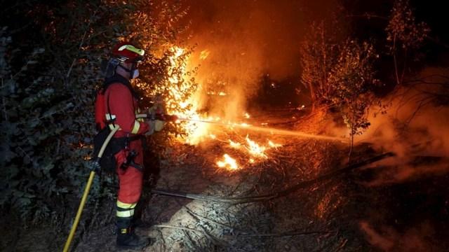 Las llamas han obligado a evacuar a 2 mil 400 vecinos