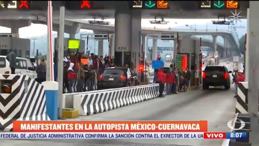 manifestantes protestan en caseta de la autopista mexico cuernavaca