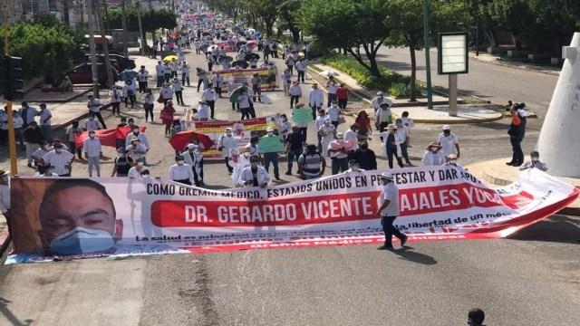 Trabajadores de la salud en Chiapas marchan para exigir liberación de médico detenido