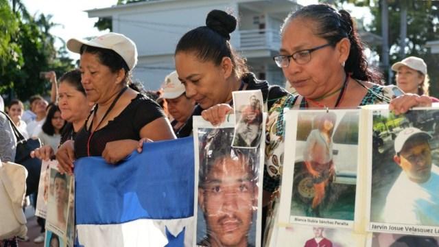 """Integrantes del colectivo Acción Pro Migrante colocaron el sábado un """"anti monumento"""" frente a la embajada de Estados Unidos, ubicada en Paseo de la Reforma, con la leyenda +72 migrantes"""