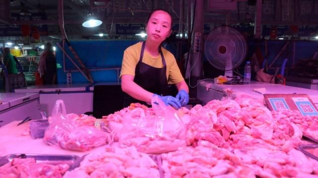 Mujer en China empaca alitas de pollo