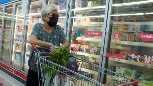 Mujer en un supermercado de Pekín