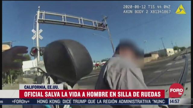 mujer policia salva a hombre en silla de ruedas de ser arrollado por tren