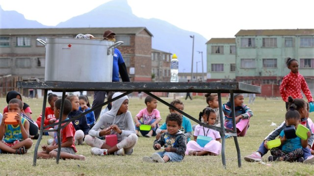 Niños esperan alimento en Sudáfrica