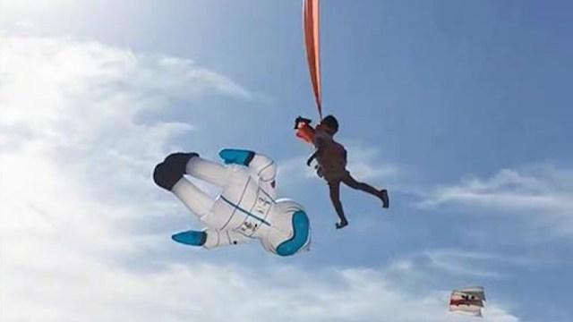 Un papalote se lleva por el aire a una niña de tres años en un festival en Taiwán