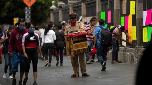 Personas con cubrebocas en el Centro Histórico de la CDMX