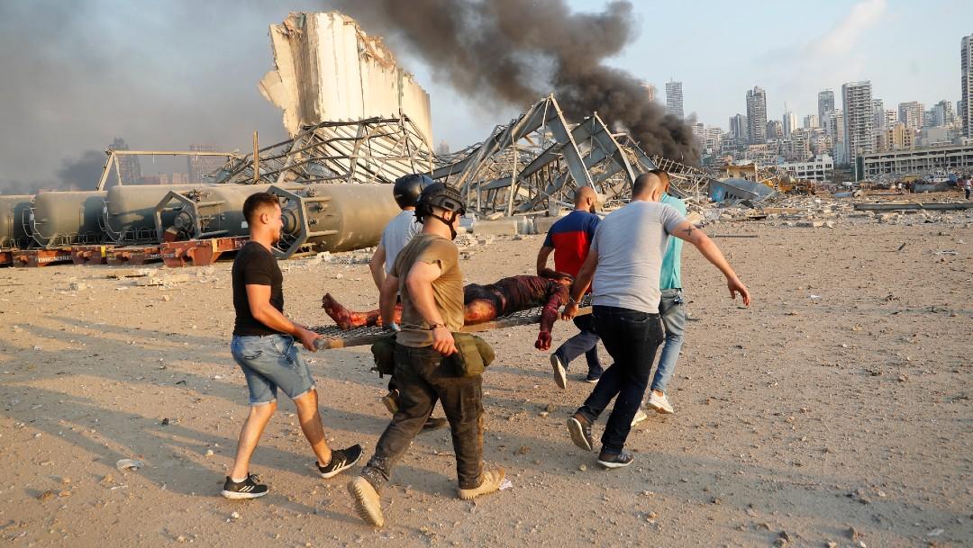 Personas trasladan a un herido en Beirut, Líbano