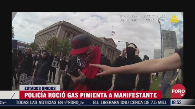 policia de eeuu rocia gas pimienta en la cara de manifestante