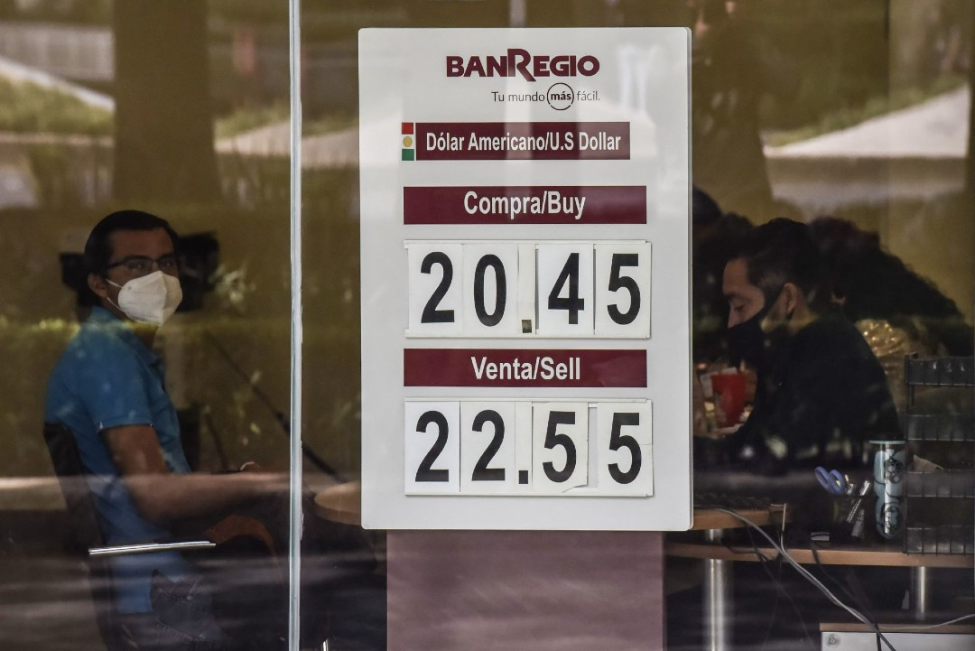Dólar cierra la semana hasta en 22.38 pesos; BMV gana