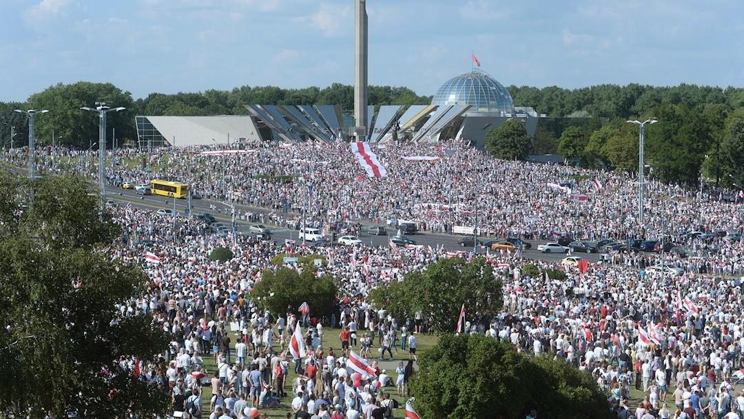 Decenas de miles de partidarios de la oposición bielorrusa protestaron en Minsk contra la reelección del presidente Alexandre Lukashenko. (Foto: EFE)