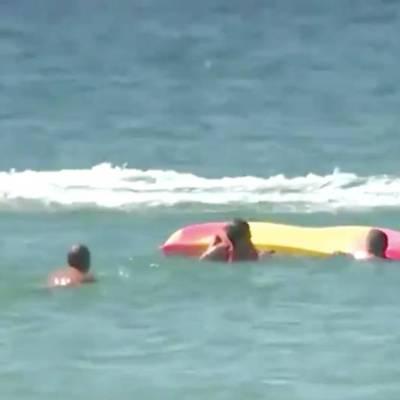 Video: El presidente de Portugal, de 71 años, salva a dos bañistas que se ahogaban en la playa