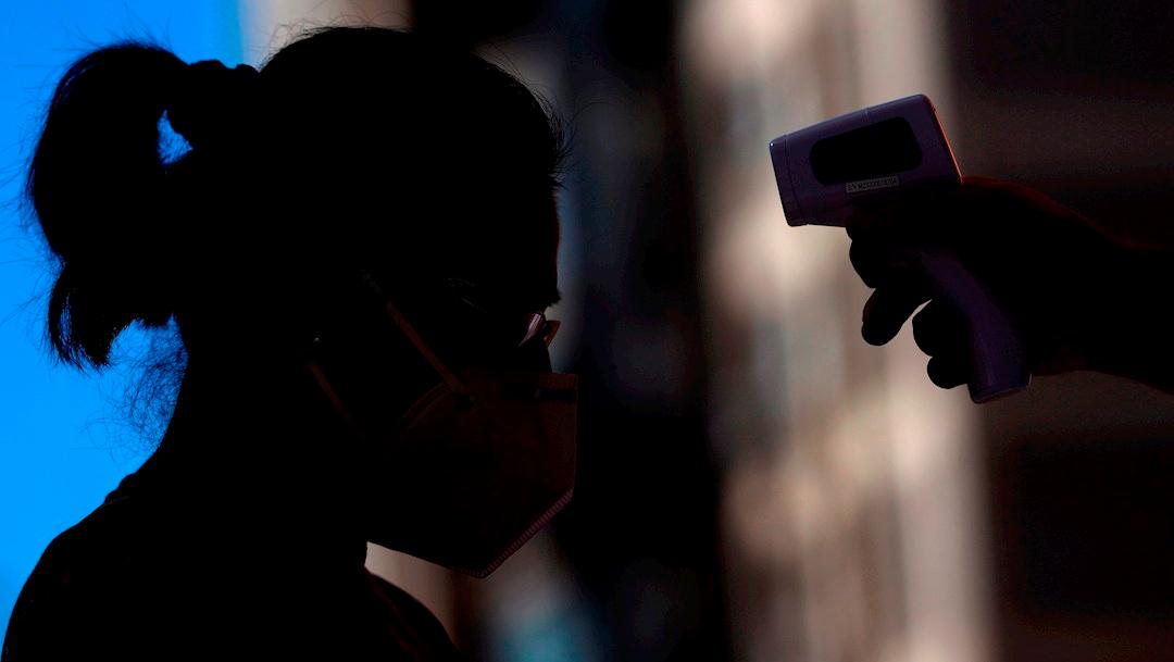Le toman temperatura a una mujer en Hong Kong