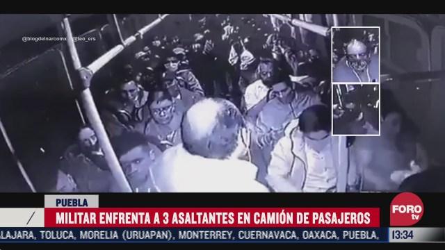 video militar enfrenta a tres asaltantes en camion de pasajeros
