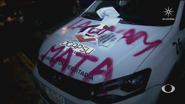 activistas vandalizan el acceso principal a las instalaciones de la unam
