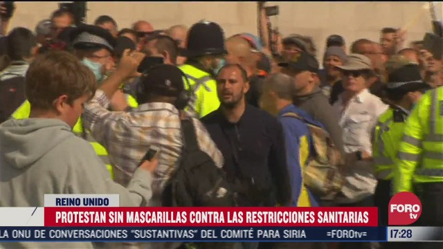 chocan policias y manifestantes en londres por confinamientos