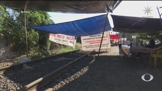 cnte y normalistas mantienen bloqueos en vias de tren de michoacan