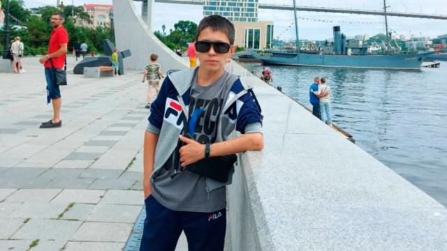 Denis Vashurin es un hombre de Rusia con más de 30 años que parece un niño