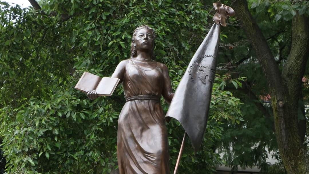 Develan estatua de Mexicanas Anónimas Forjadoras de la República