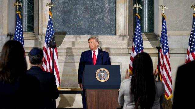 Trump resta importancia al legado de la esclavitud en EEUU