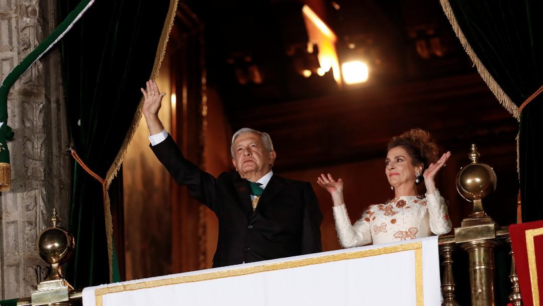 El presidente López Obrador y su esposa tras la ceremonia del Grito de Independencia, en el Zócalo capitalino