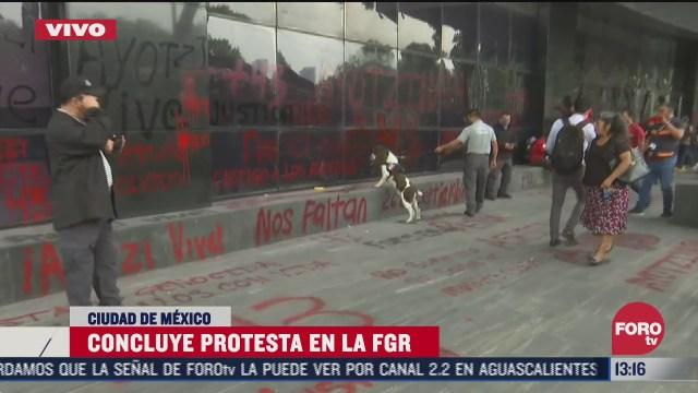 familiares de desaparecidos de ayotzinapa afuera de la fgr