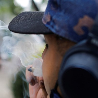 fuman marihuana en jardin del senado